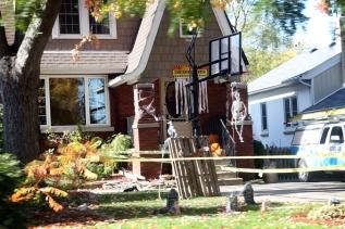 Hoffentlich nur für kurze Zeit: Grabsteine vor dem Haus