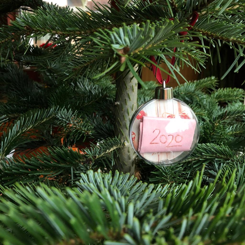 Hier wird die fertig gestaltete Weihnachtskugel angezeigt, die am Baum hängt.